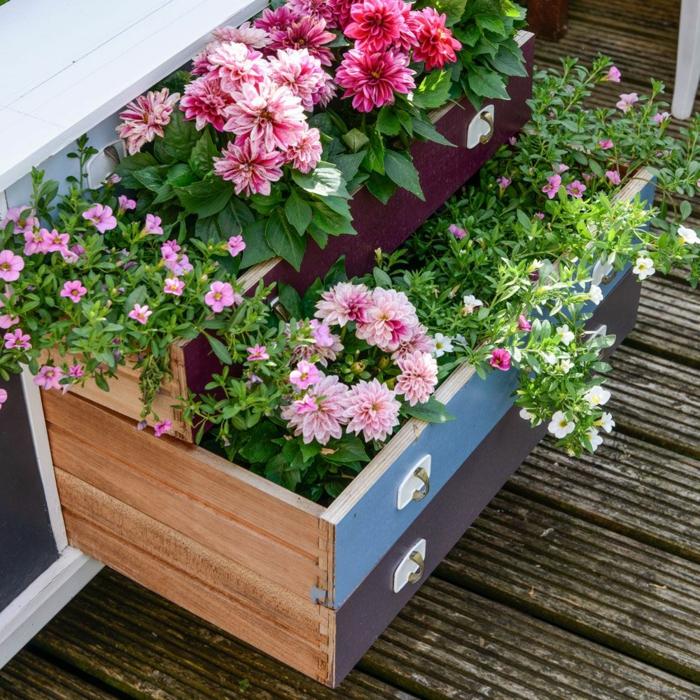 Upcyclen von alten Schubladen zu Pflanzer voll mit bunten Blumen, Gartendeko bateln naturmaterialien, Boden aus Holz