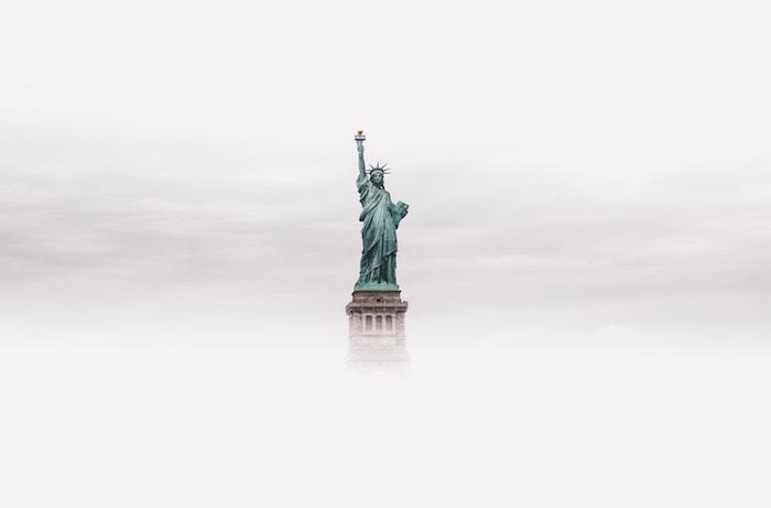 wolken und die Freiheitsstatue