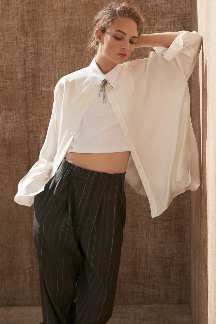 Asymmetrisches weißes Kleid und gestreifte schwarze Hose mit hoher Taille