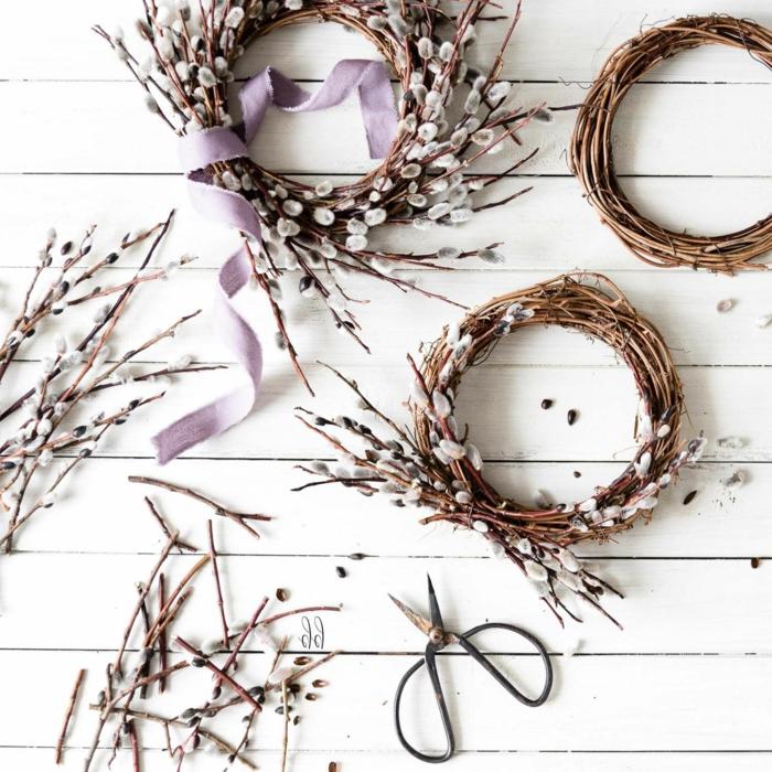 Osterdeko basteln aus Naturmaterialien, Osterkranz aus Weiden selber machen, Kranz umwickelt mit einem lila Band,