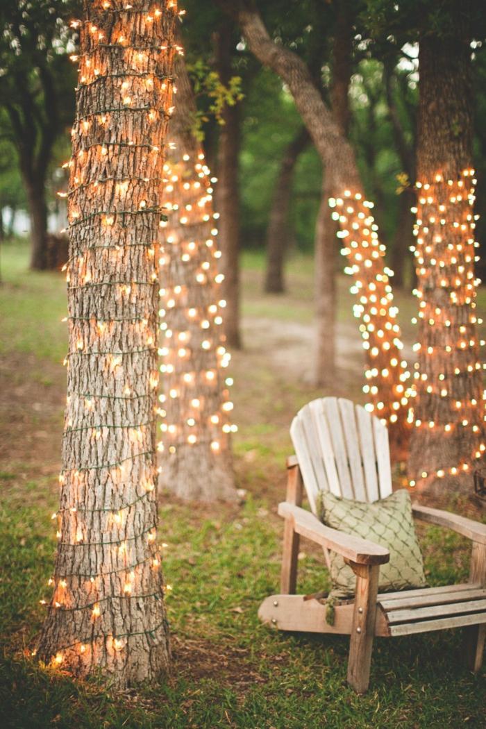 Lichterketten umwickelt um viele Bäume, gemütlicher Liegestuhl, Gartendeko selbstgemacht, romantische Einrichtung Garten