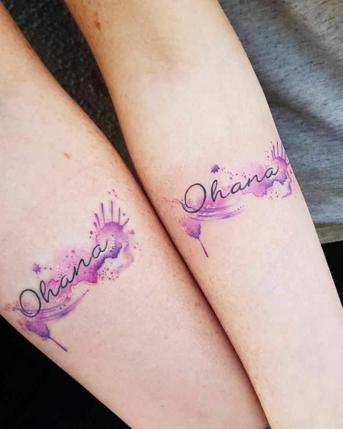 farbiges ohana tattoo in rosa und lila, motive für geschwister, tätowierungen am unternarm