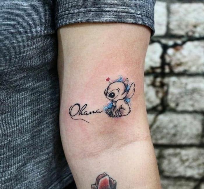 ohana tattoo am arm, kleine tätowierung, symbol für familie und zusammenhalt
