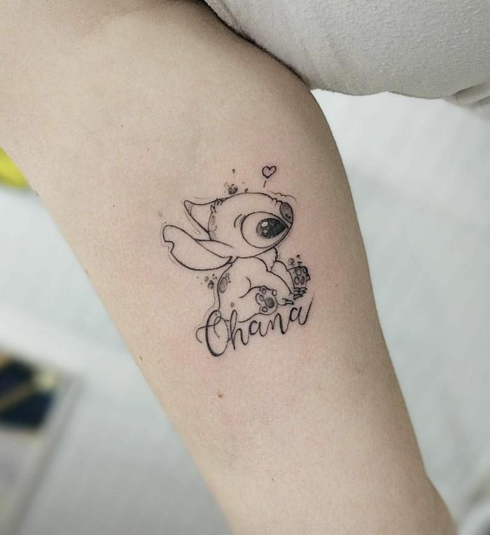 ohana tattoo am arm, kleine tätowierung in schwarz und grau, motive für frauen