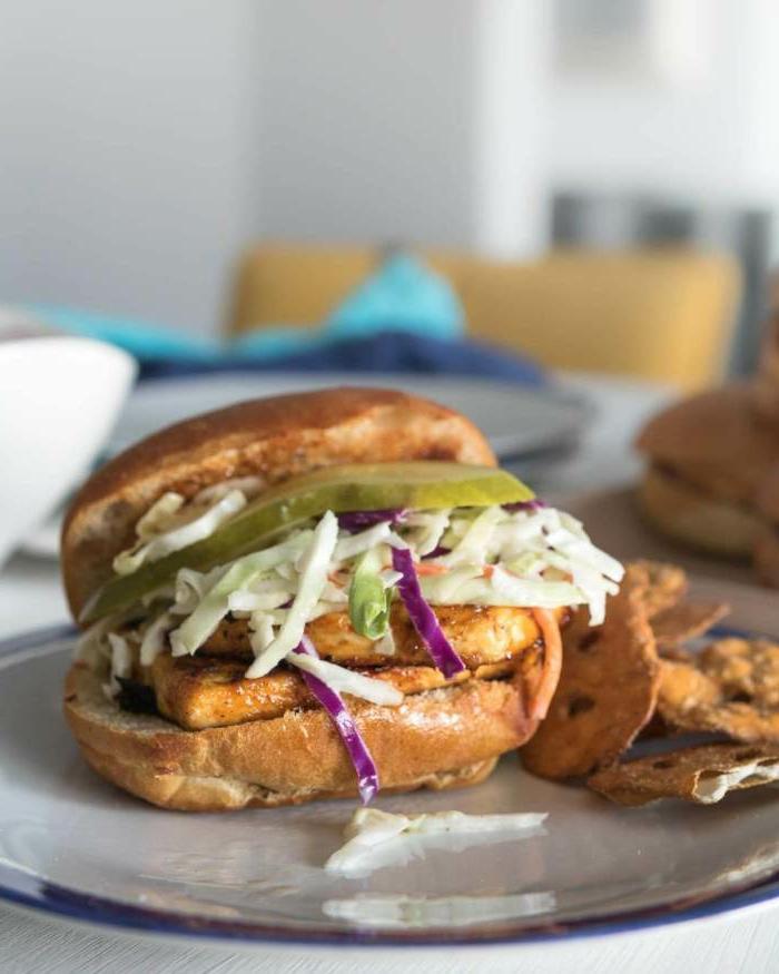 Vegane Rezepte für Anfänger, Burgerpatties aus Tofu mit Salat und Gurken, gesunde und ausgewogene Ernährung