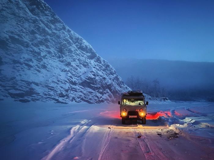 shot on iphone 11 pro max, ein auto und weg mit schnee, russland, wald, winter, apple wettbewerb, night mode fotos