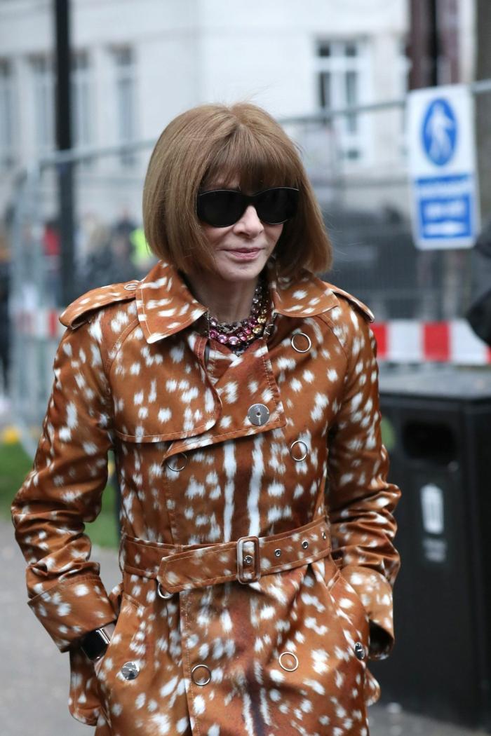 gestufter bob für ältere Frauen, anna wintour, fashion week, brauner trenchcoat mit weißen flecken, große schwarze sonnenbrillen