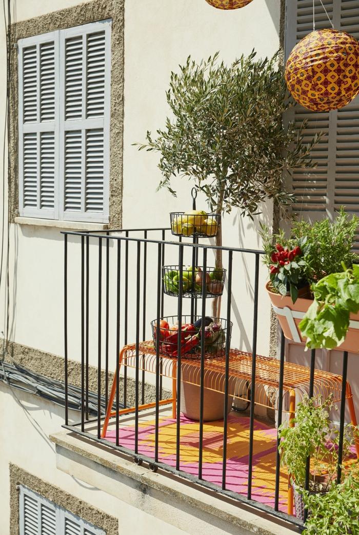 Deko für Garten und Terrasse, dekorativer Baum, orange Bank aus Metall, pink gelber Teppich, Balkon Ideen