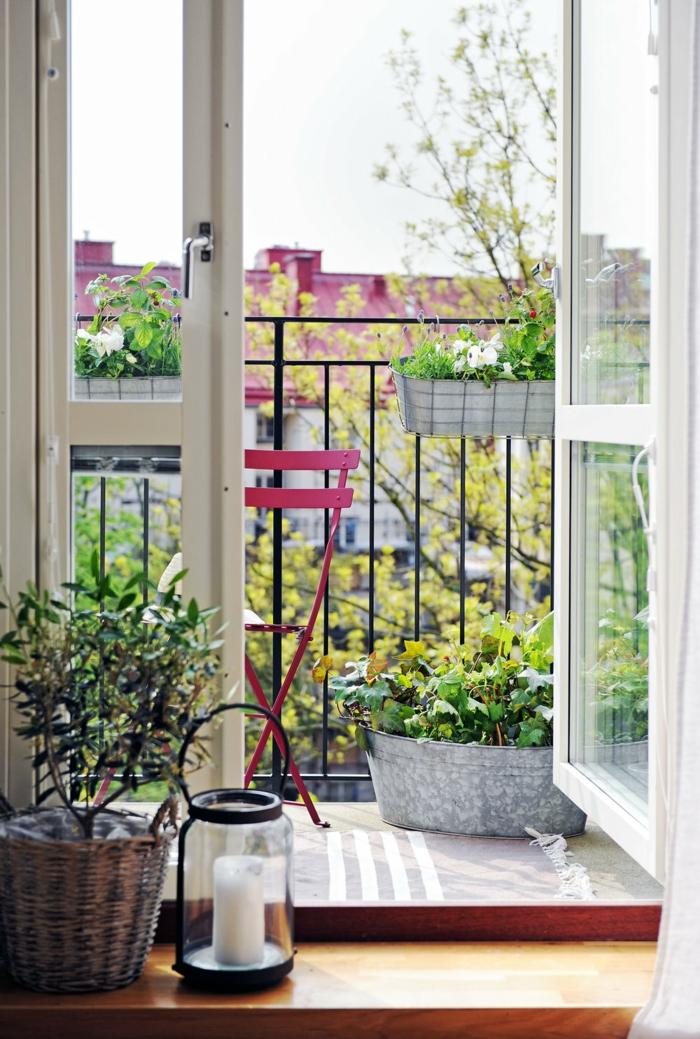 Ikea Outdoor, kleinen Balkon modern einrichten, klappbarer Stuhl in pink, viele grüne Pflanzen, große Laterne