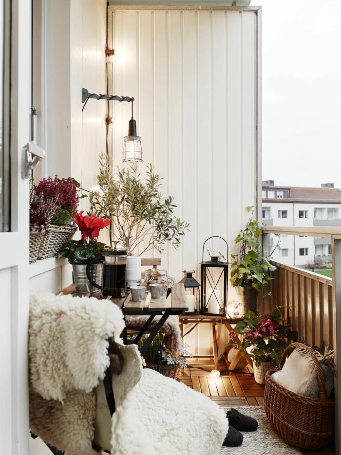Ikea Balkon Ideen, cozy Gestaltung von Terrasse, viele Laternen, kuschelige Decke, beiger Teppich,