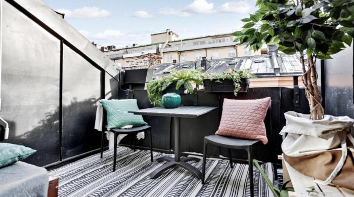 Dachterrasse Design Modern, Deko für Balkon und Terrasse, großer schwarz weißer Teppich, schöner Deko Baum