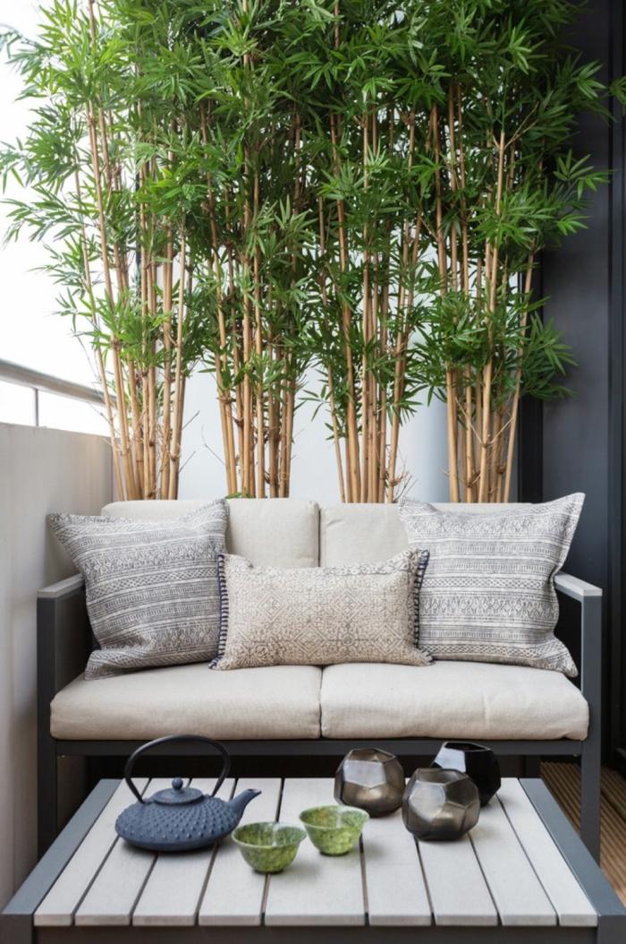 Ikea Outdoor. kleiner Balkon Ideen, großer dekorativer grüner Baum, beiges Sofa mit Kissen,