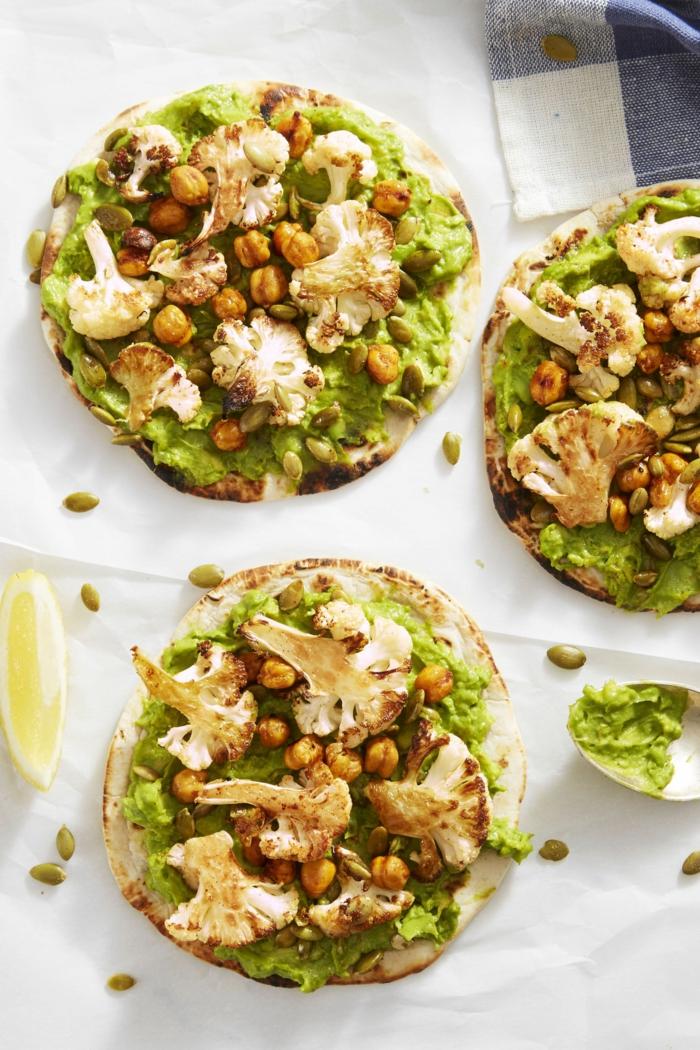 Fladenbrot mit BBQ Blumenkohl und und Kichererbsen, Avocado Aufstrich, schnelle Gerichte für jeden Tag, vegane Rezepte