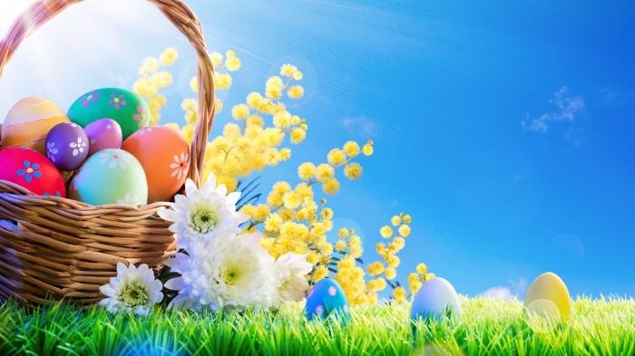bilder frohe ostern, korb mit bunten eiern im gras, ostereier sammln, hübsche osterbilder