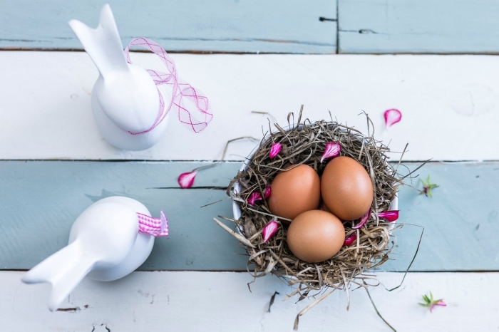 bilder ostern, osternest mit eiern, weiße hasen mit schleifen, osterhasen
