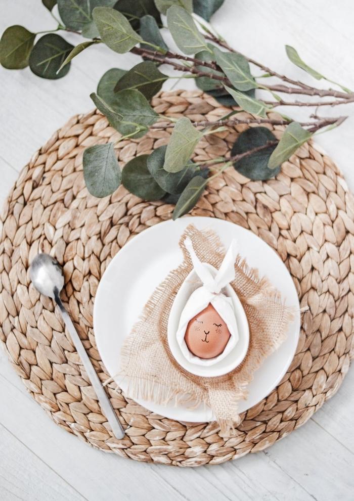 bilder zu ostern, tischdeko ideen, tisch festlich dekorieren, ei dekroiert mit weißer serviette