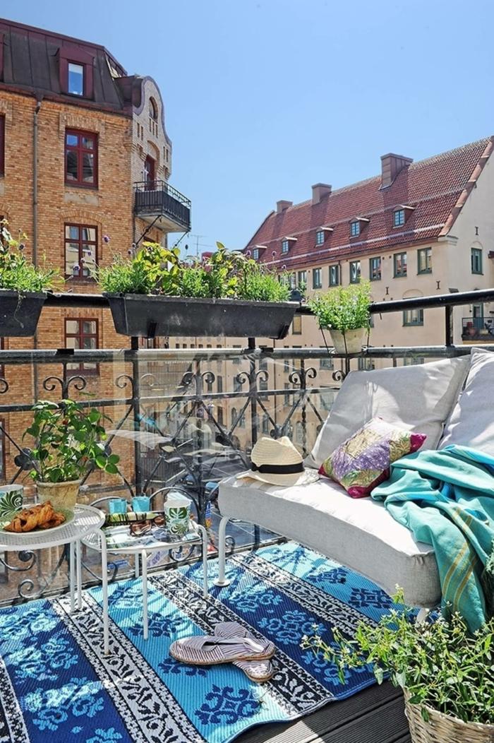 Teppich in dunklen und hellen blauen Nuancen, Stuhl mit weißen Kissen, Balkon Inspiration