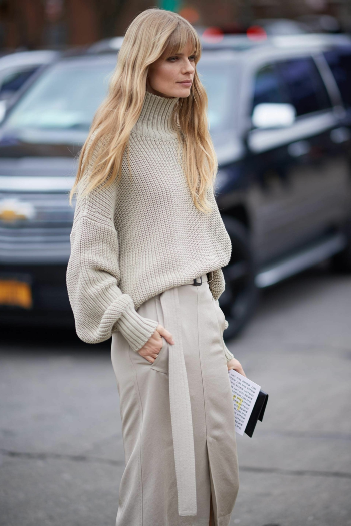 New York Fashion Week Street Style, monochromes Outfit in beige, lange blonde Haare, pony frisuren 2020
