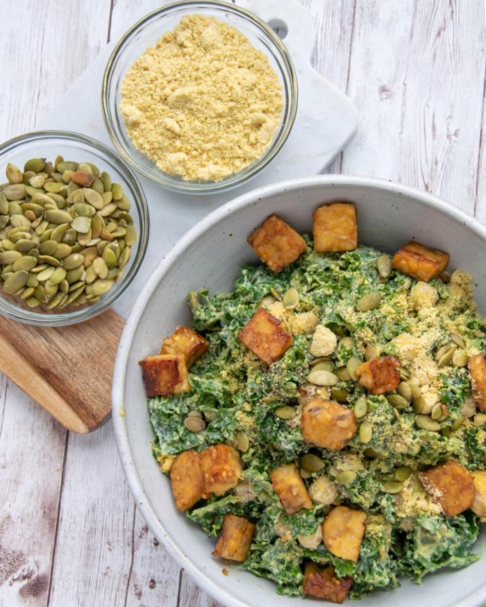 gesunder Salat mit Grünkohl und Avocado, gewürfelter Tempeh und Kürbiskerne, gemüse Rezepte vegan