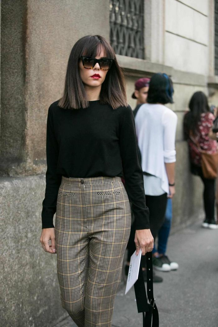 street style Inspiration, elegante Dame in karierte Hose und schwarze Bluse, Kurzhaarfrisuren mit Pony,