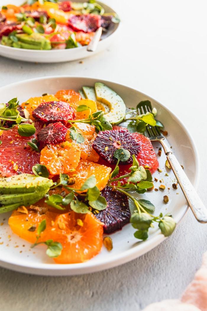 Citrus Salat mit Avocados Orangen und Clementinen, gesundes Frühstück mit Früchten, einfache und schnelle Rezepte