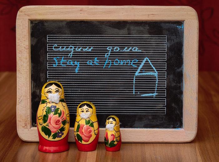 Zuhause bleiben, Matroschka mit Mundschutzmaske, Corona Krise