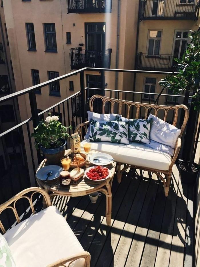 Frühstuck auf der Terrasse, kleiner zweiplätzer Sofa mit weißen Kissen, Möbel für kleinen Balkon,