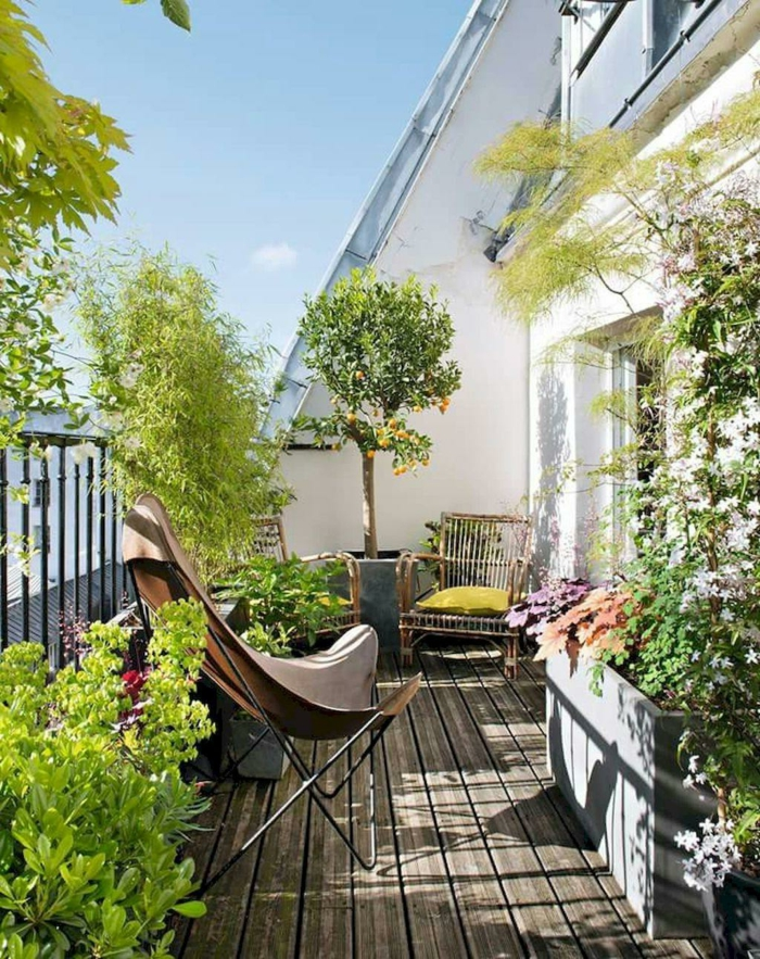 viele grüne Bäume und Pflanzen auf einem Balkon, Boden aus Holz, Balkon Lounge klein,