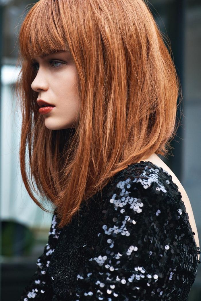 Model mit kurzen roten Haaren, gestufter bob für älter frauen, schwarzes rückenloses Abendkleid mit Pailette,