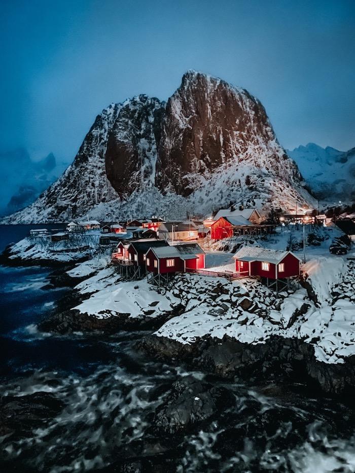 kleine rote häuser und schnee meer und berg in der nacht, russland, der wettbewerb nightmodus bilder von apple, shon on iphone 11 pro max