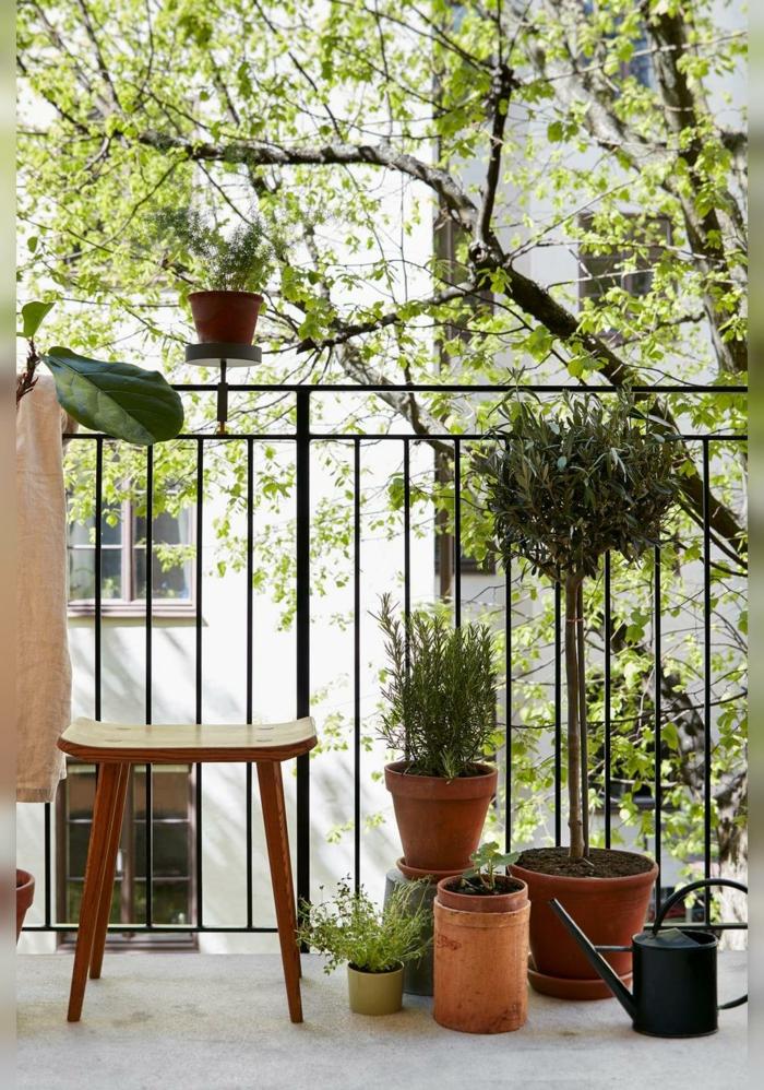 Ideen für Deko für Garten und Terrasse mit vielen grünen Pflanzen, vierbeiniger kleiner Stuhl