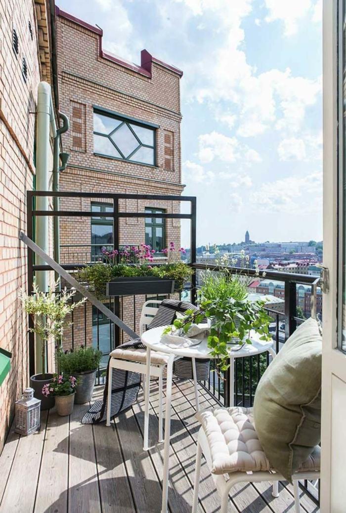 Balkon gestalten Ideen, kleine Terrasse einrichten mit modernen Möbel, schöne grüne Pflanze