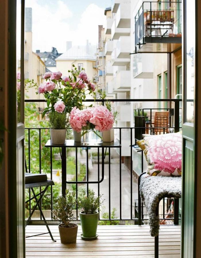Ikea Outdoor Möbel, schöne rosa Blumen, Balkon Ideen, Kissen mit Blumenmotiven in Pink, kleiner Tisch