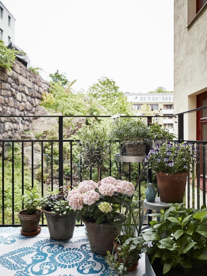 Gestalten von Terrasse mit Pflanzen und Blumen, Balkon Inspiration, Boden aus blaue Mosaik Steine