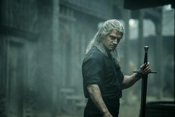 staffel zwei der serie the witcher wird wegen coronavirus pausiert, ein mann mit langem weißen haar und mit einem schwert