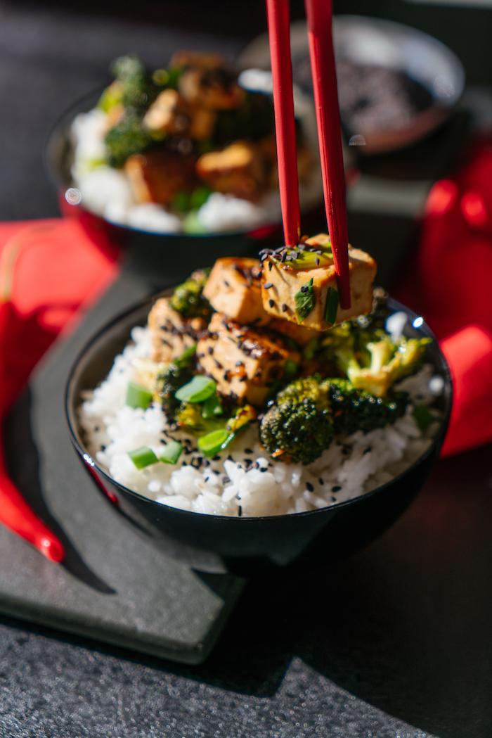 Seidetofu Würfel mit Brokkoli und Frühlingszwiebel auf Reis mit schwarzem Sesam