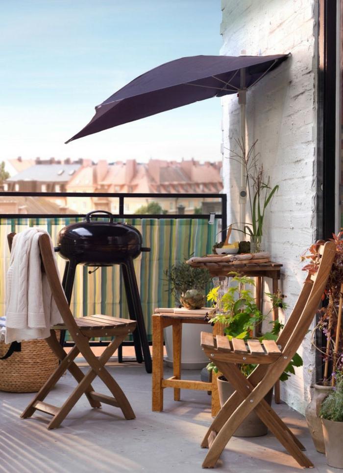 Ikea Balkon, Klappstühle aus Holz, kleiner Grill, weiße Backsteinmauer, Einrichtung von kleiner Terrasse