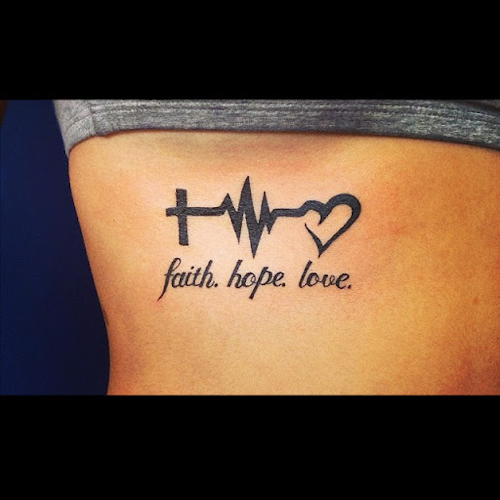 Tattoo an den Rippen, Liebe Glaube Hoffnung, Wörter und Zeichen