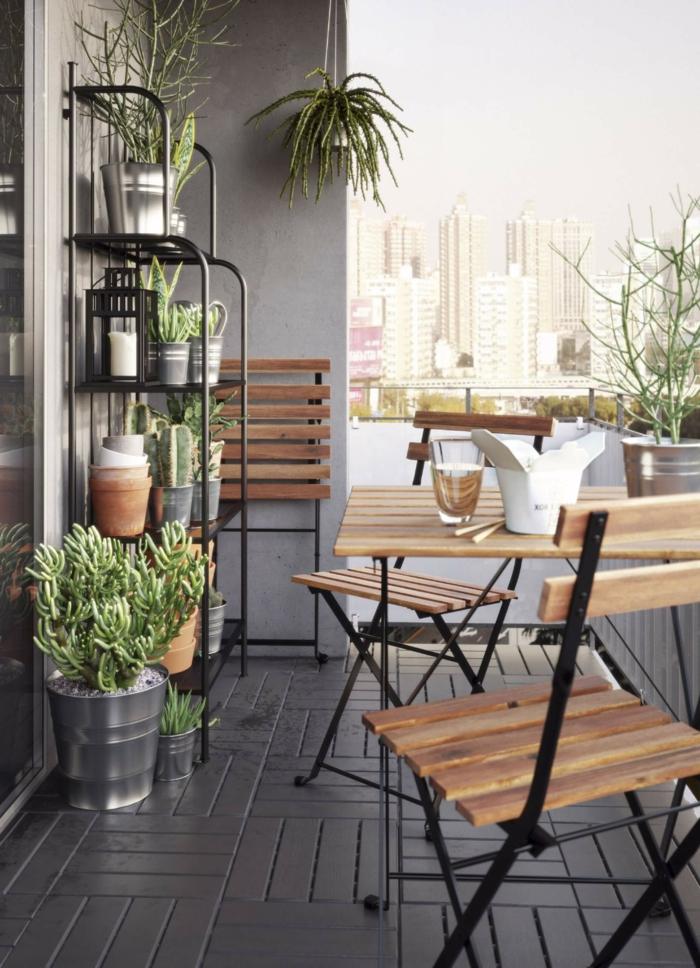 großer Pflanzenständer, Balkon Inspiration, klappbare Stuhle aus Holz, kleine Terrasse gestalten