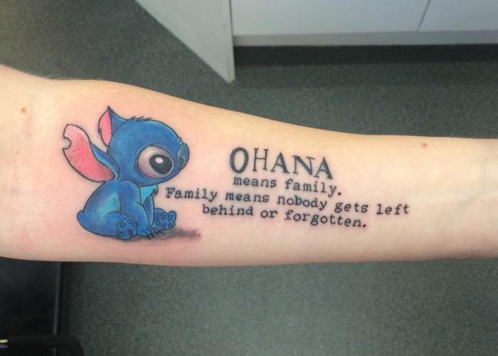 familie symbol, tattoo spruch in kombination mit stitch, fabige tätowierung am unterarm