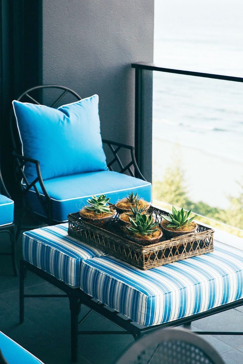 farbige balkonmöbel blauer sessel und ottoman kleiner balkon deko ideen