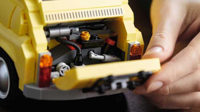 eine motorhaube des gelben lego autos fiat 500, ein spielzeug aus gelben ziegeln