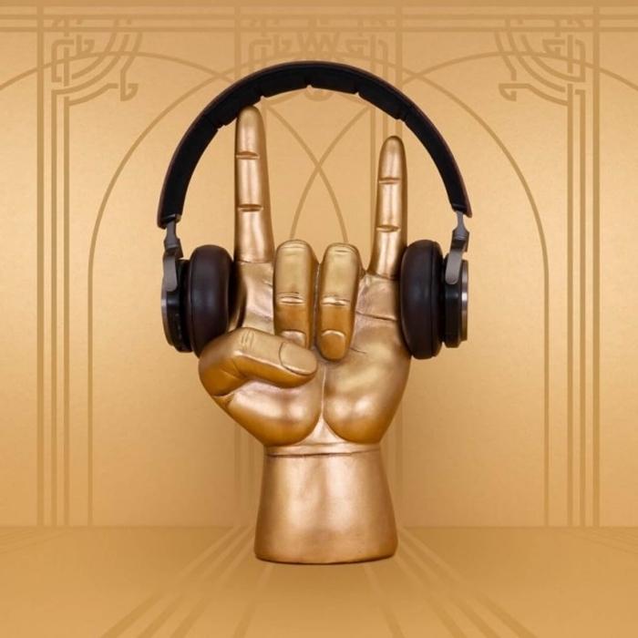 geburtstagsgeschenke für männer, schwarze kopfhörer, goldenes hand als gestell, die bestne geschenkideen