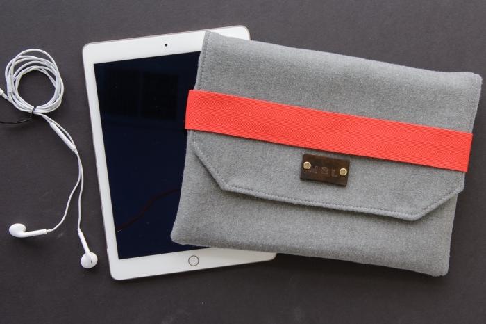 geburtstagsgeschenke für männer, tablettasche aus graunem und orangenfarbenem stoff, diy geschenke