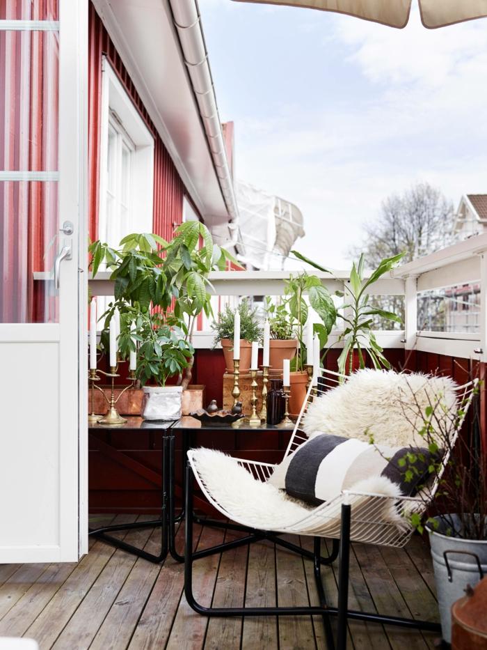 boho Einrichtung von einem kleinen Balkon, gemütlicher Stuhl mit flauschigen Kissen, Deko für Garten und Terrasse