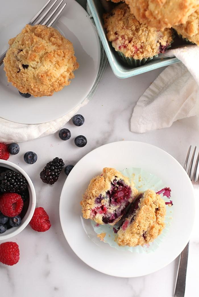leckere vegane Muffins mit Beerenmischung und Streuselgarnierung, veganer Brunch Rezepte, kleine Schale mit Beeren