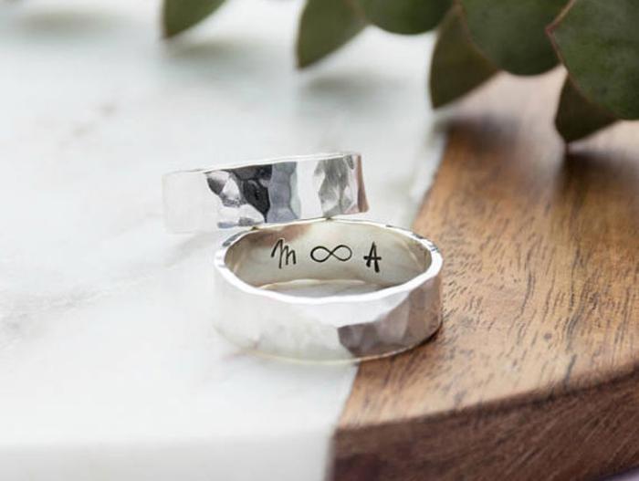 geschenk für freund zum jubiläum, silberne ringe mit gravür, personalisierte geschenkideen