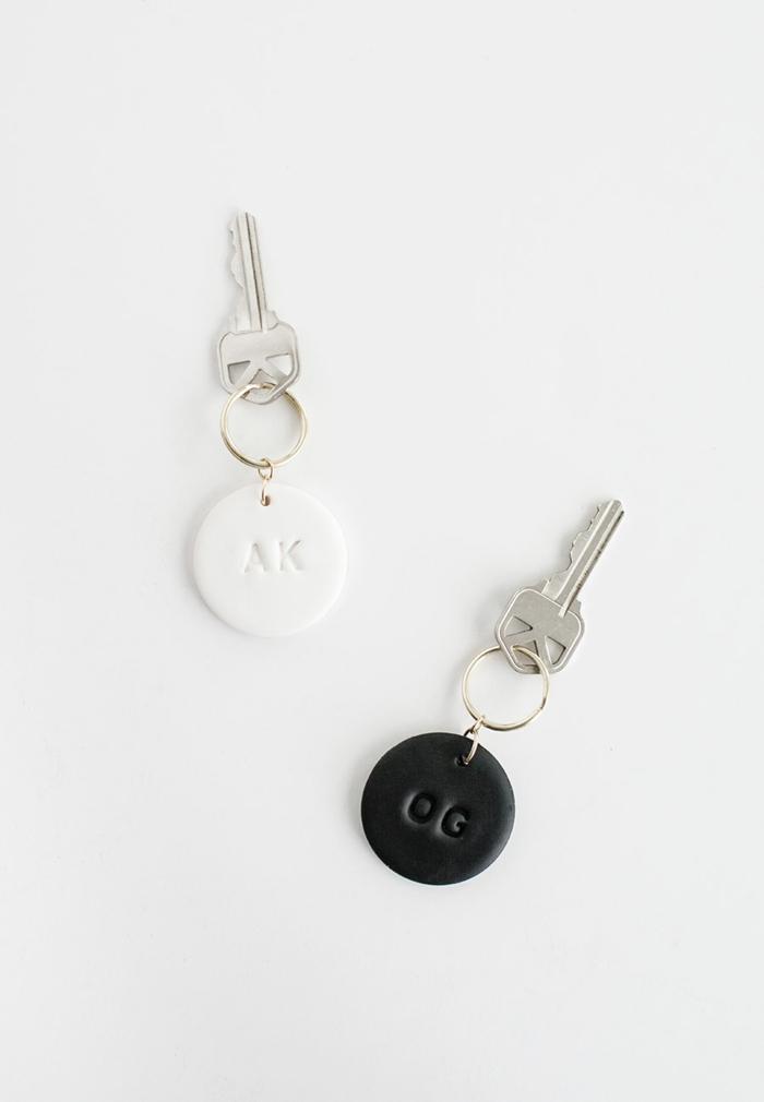 geschenke für männer selber machen, diy schlüsselanhänger aus ton, personalisierte präsente