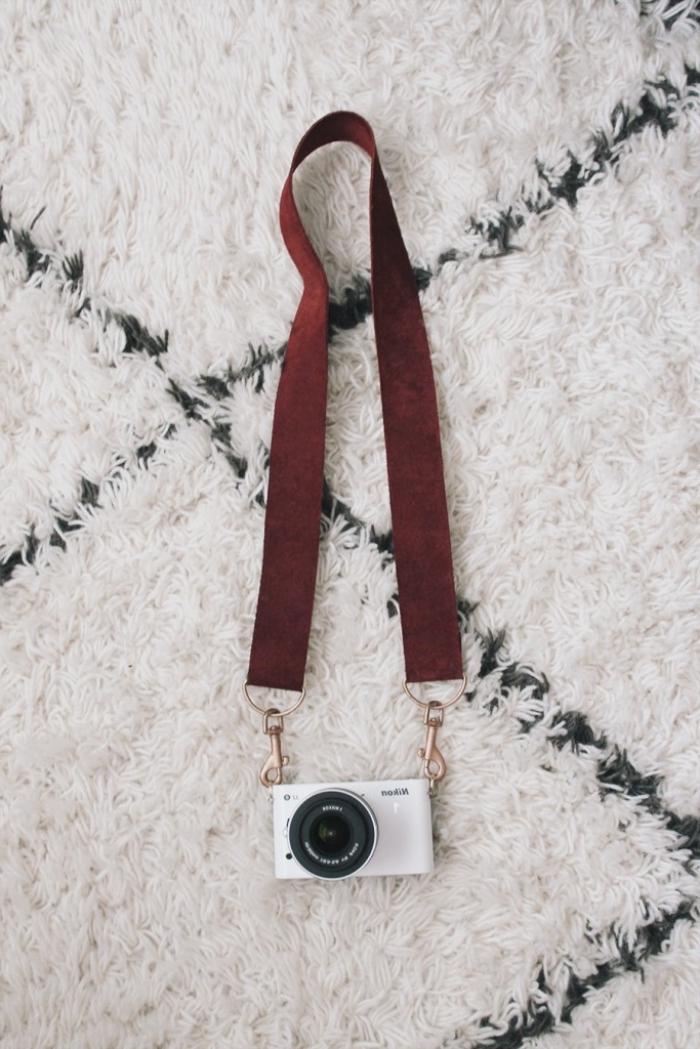 geschenke für männer die alles haben, selsbtgemachtes cameraband, cameraaufhänger aus braunem leder
