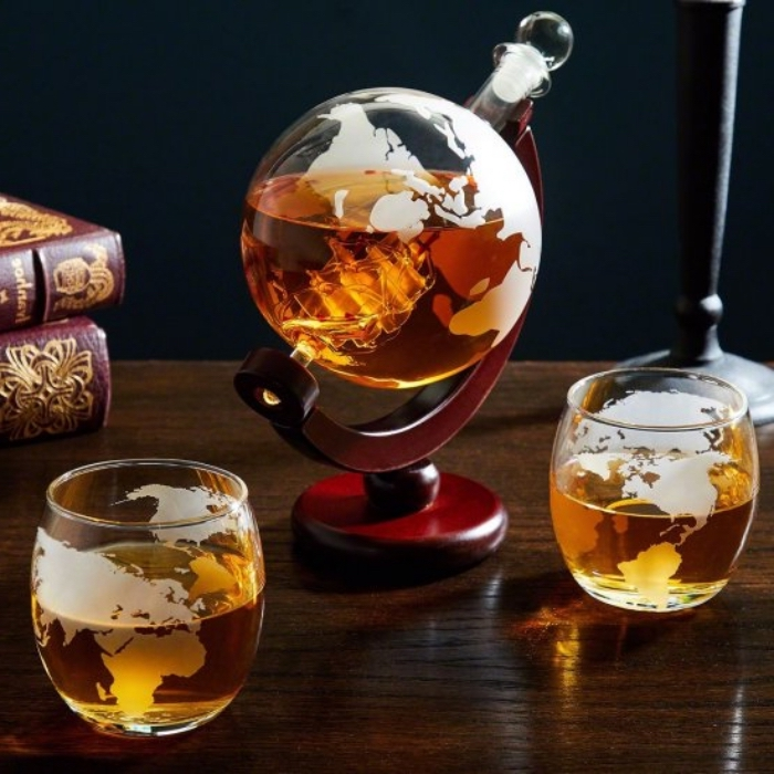 geschenke für männer die alles haben, wisky set planeten erde, wisky flasche mit gläser